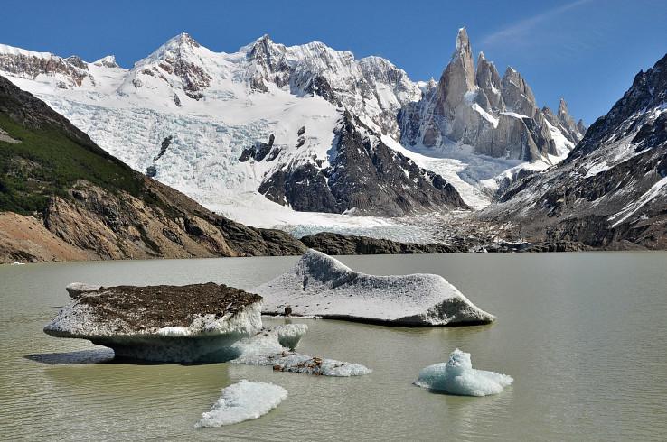 Ikonické Cerro Torre s ďalšími štítmi nad Lagunou Torre s kusmi ľadovca
