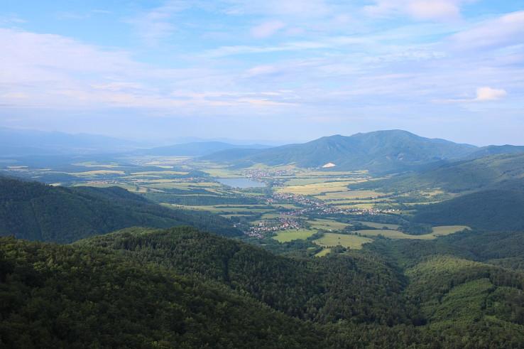Výhľad z Temešskej skaly na údolie riečky Nitrica, vpravo vrch Rokoš, uprostred vodná nádrž Nitrianske Rudno