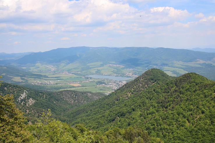 Výhľad z Rokoša na vodnú nádrž Nitrianske Rudno, okolité obce a hrebeň Magury v pozadí