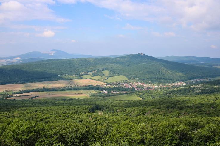 Pohľad z vrchu Veľký Lysec na Kostoľany pod Tribečom