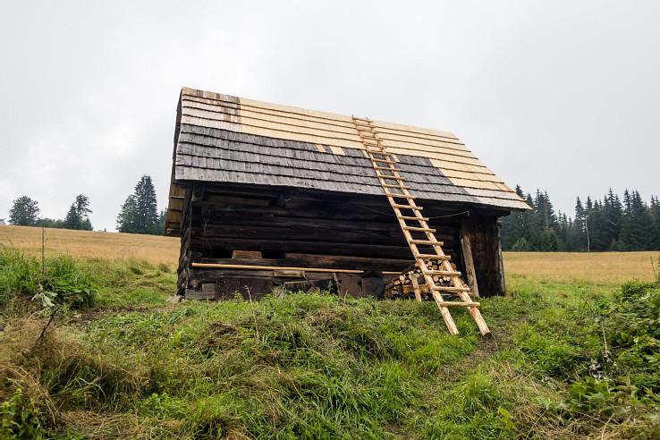 Salaš Obrubovanec, južná strecha je hotová