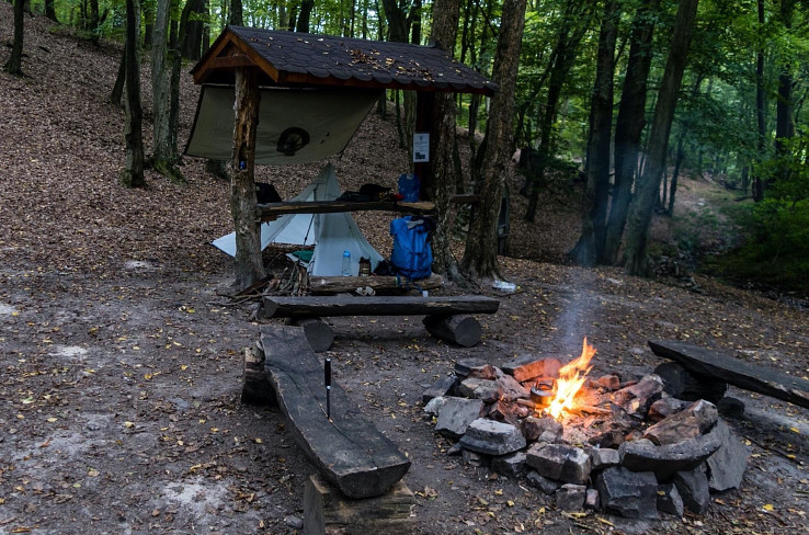 Táborenie na túre v čase, keď som ešte experimentoval s ihlanovým prístreškom, varenie na ohni, pohodičkaaa!