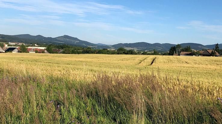 Vľavo hora Vyšehrad a pohorie Žiar