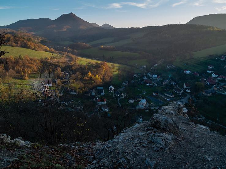 Pohľad na Vápeč z hradu Košeca