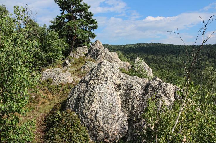 Skalnatý hrebeň Koľvek a vľavo Rozsypaná skala