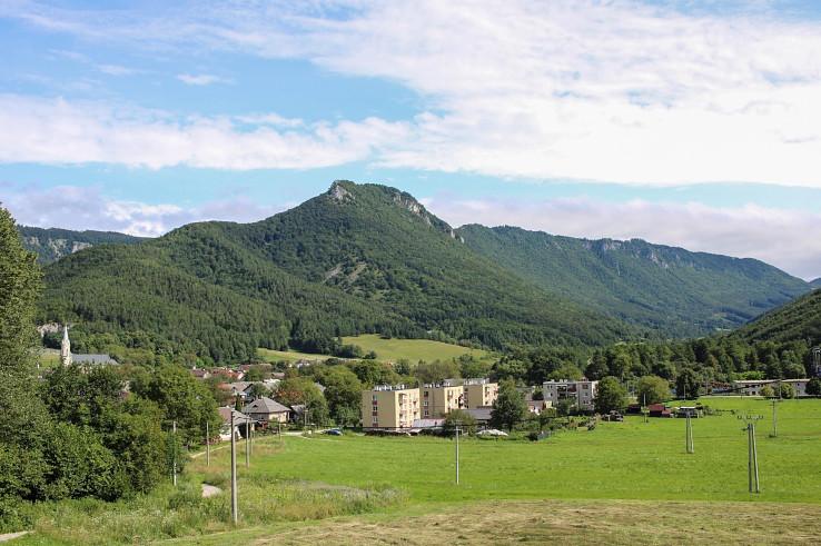 Pohľad na Muránsky hradný vrch (bralo Cigánka) nad mestečkom Muráň