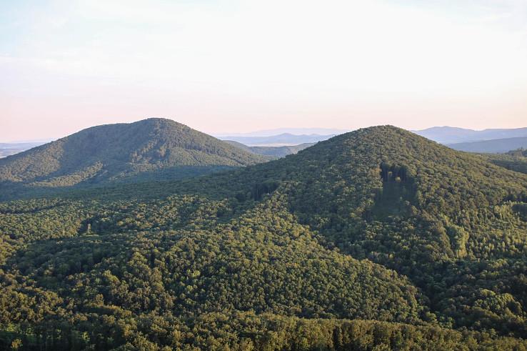Pohľad zo Steblovej skaly na Ragáč vľavo a Zabodu vpravo