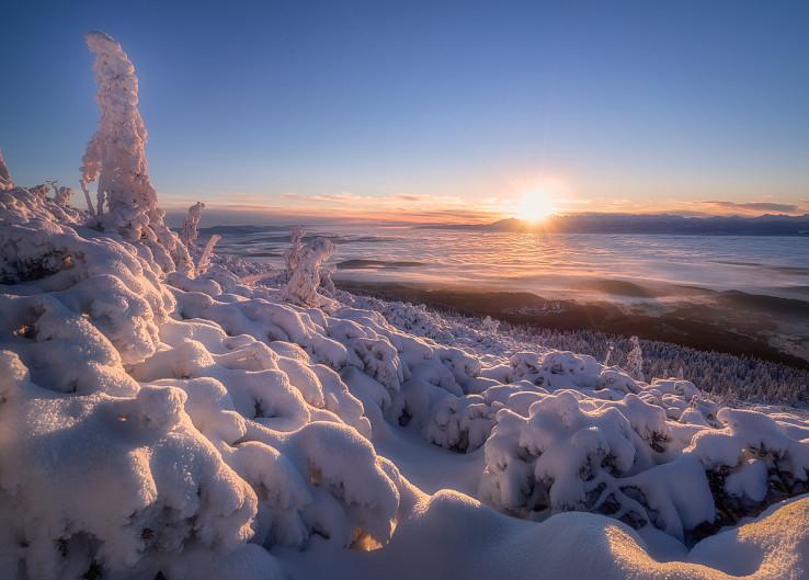 Východ slnka na Babej hore, v pozadí mocná hradba Tatier