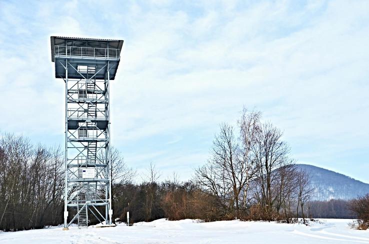 Vyhliadková veža Zlatník, vpravo Oblík