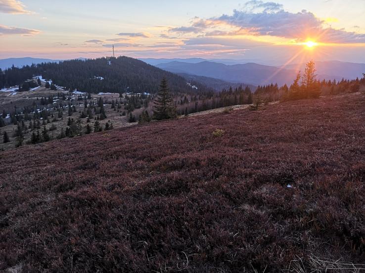 Výhľady z Kojšovskej hole: pod Slnkom bolo v popredí vidieť Kloptáň, Hutnú hoľu a Zbojnícku skalu. Ďalej sa tiahnu hrebene Hekerovej, Zlatého stola až po Skalisko a Volovec na horizonte. Vľavo Osadník a Pipitka