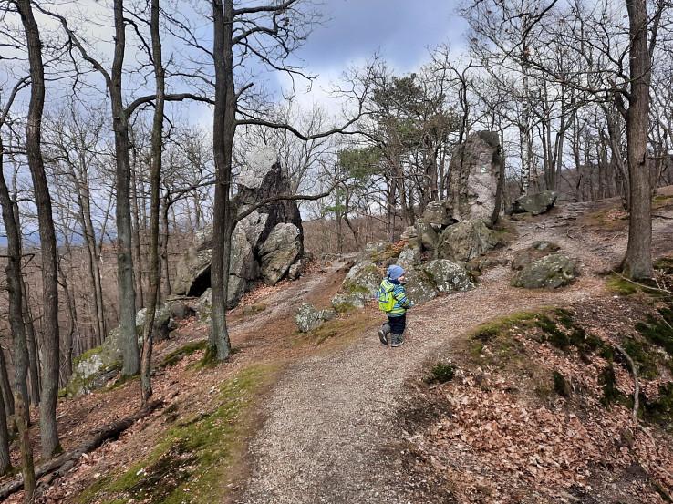 Úzky chodníček pomedzi skaly