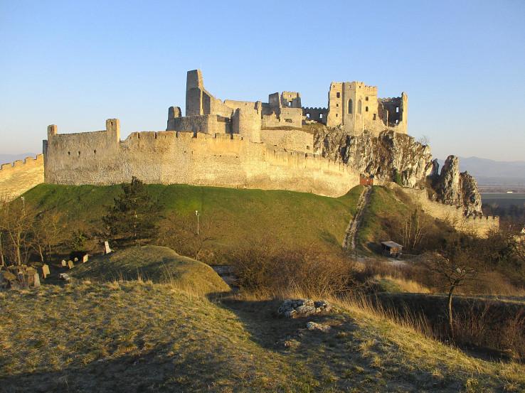 Beckovský hrad nasvietený ranným slnkom