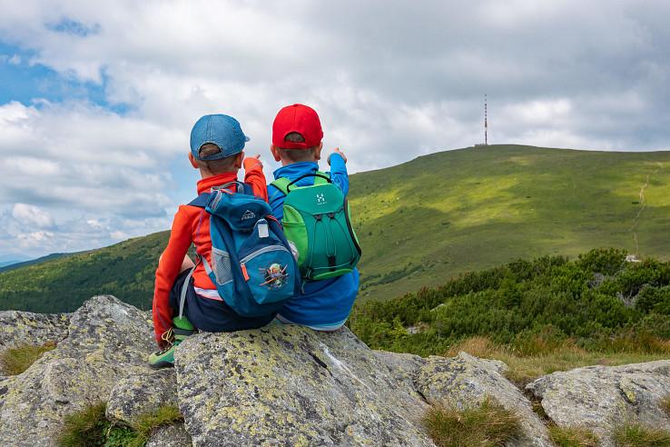 Deti na Kráľovej skale s výhľadom na Kráľovu hoľu. Foto – Ľubo Mäkký