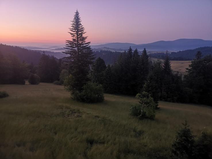 Výhľad z rozhľadne ráno pred svitaním: sprava Kykula, Surový vrch, v Strede Rusniačka a nad ňou hrebeň Západných Tatier