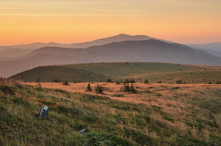 Romantická Kráľova hoľa, Veľká Vápenica a plošina Veľkého boku za rána, foto Martin Baniari