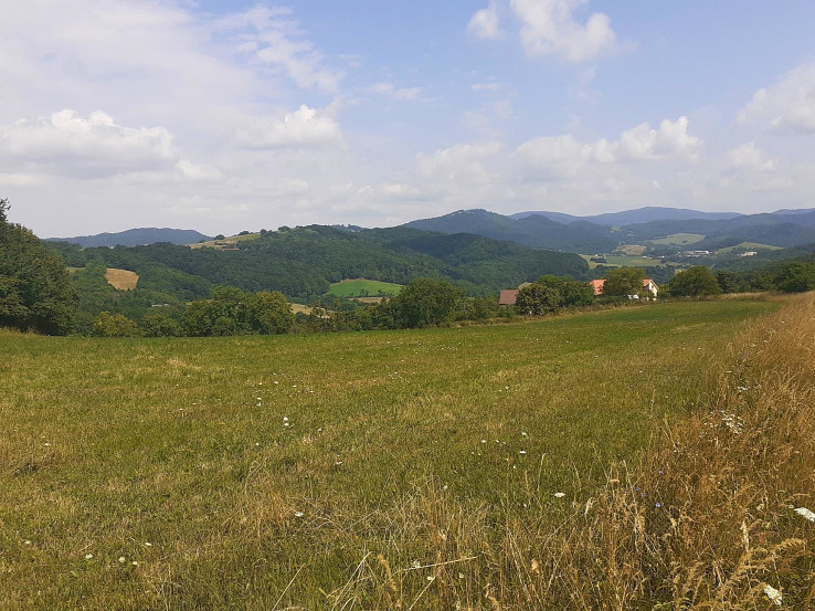 Pohľad od Kostolného vrchu na Bezovec
