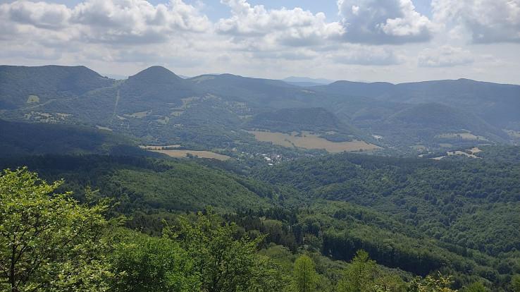 Výhľad z lúky pod vrcholom Hoľazne