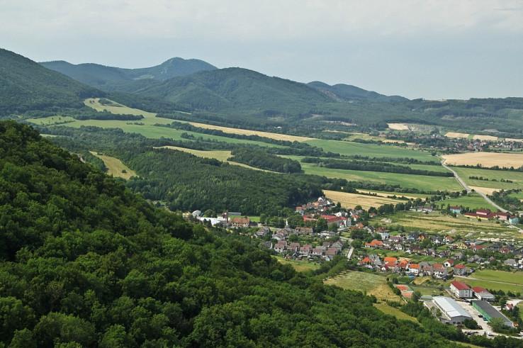 Plavecké Podhradie z Plaveckého hradu. Foto – Lukáš Varšík
