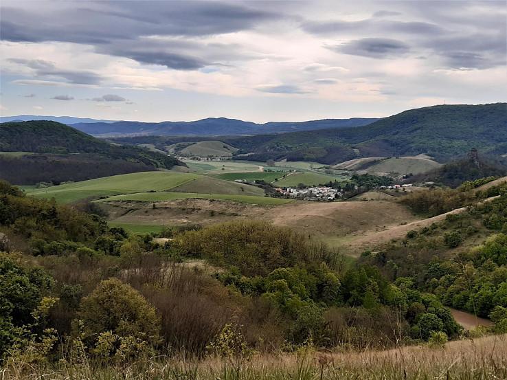 Okolie Hajnáčky s hradným vrchom vpravo