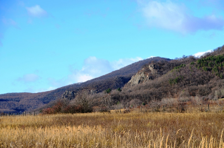 Z lúky medzi Lipovcom a Zlodejom (Tolvaj) - skaly pod Zlodejom
