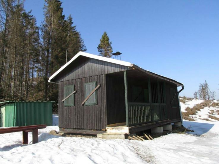 Chatka pod Veterným vrchom (latrína je vedľa zelenej plechovej búdy)