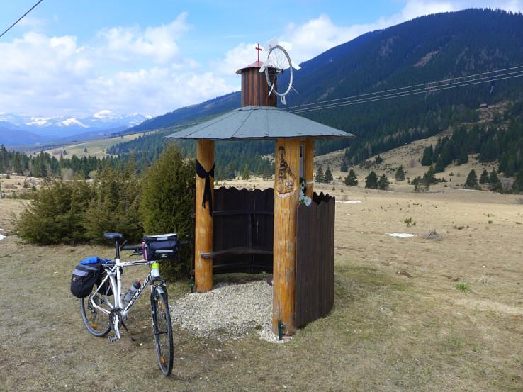 Nad Liptovskou Lúžnou je pamätník mladého muža, ktorý sa tu zabil na bicykli