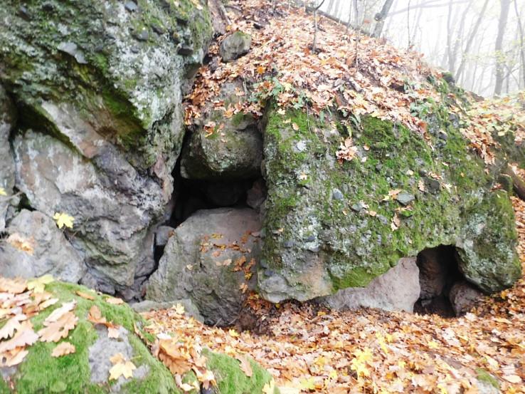 Diery v skale pod kótou 450 m