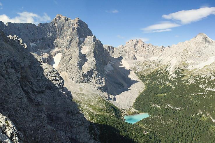 Ľadovcový kotol Circo del Sorapiss, v strede jazero Lago del Sorapiss