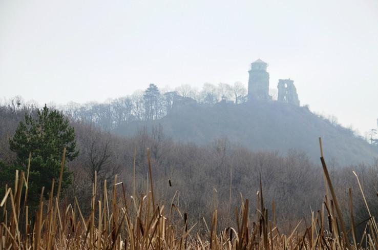 Pohľad od Trstinového jazera k zrúcanine Slanského hradu