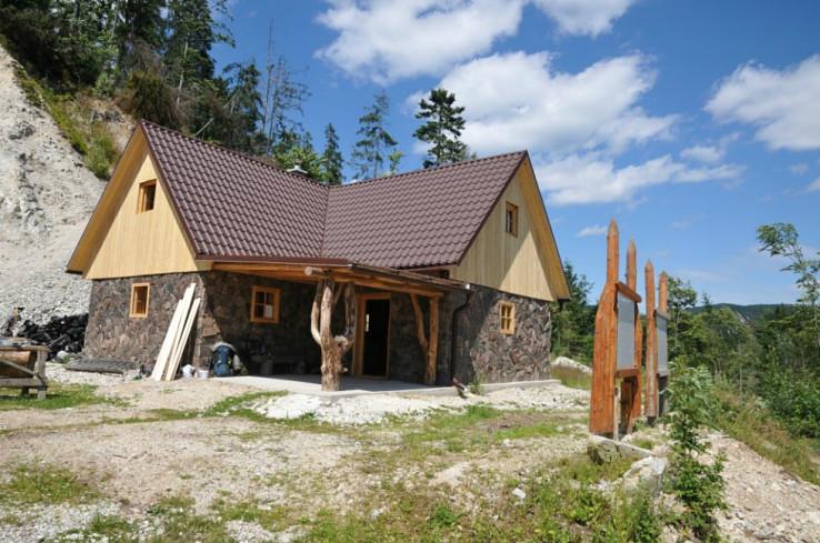 Zrub tesne pred dokončením v júli 2015 (autor foto: Juraj Mucha)