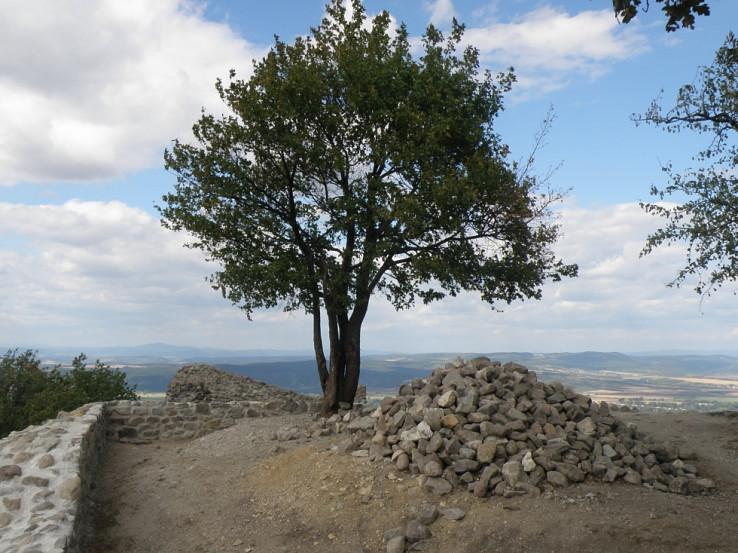 Výhľad z hradu Drégely vár v pozadí kopce na Slovensku