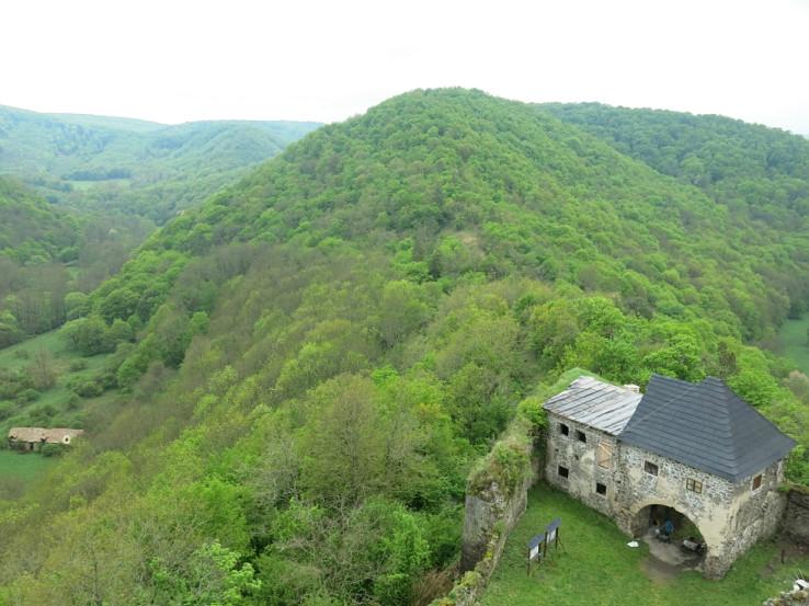 Vstupná brána hradu Čabraď... a všade zeleň