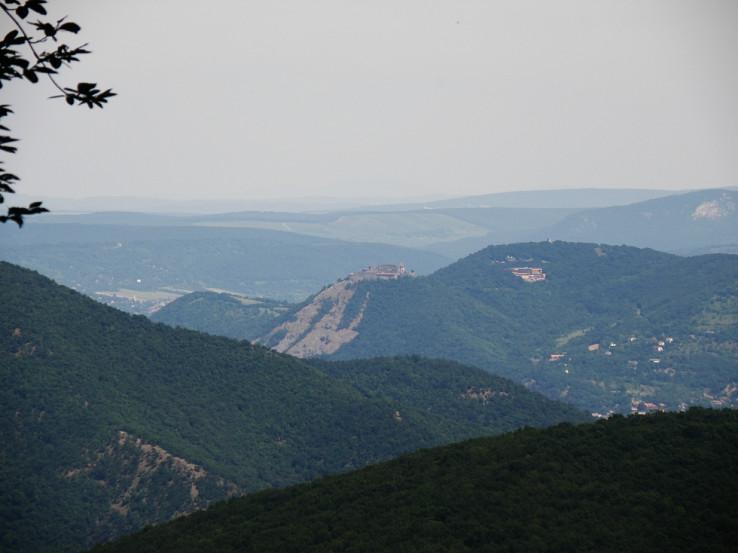 Pevnosť Visegrád dominuje okoliu - pohľad zo Szakó-hegy
