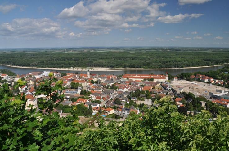 Hainburg an der Donau a Dunaj z hradu Schlossberg