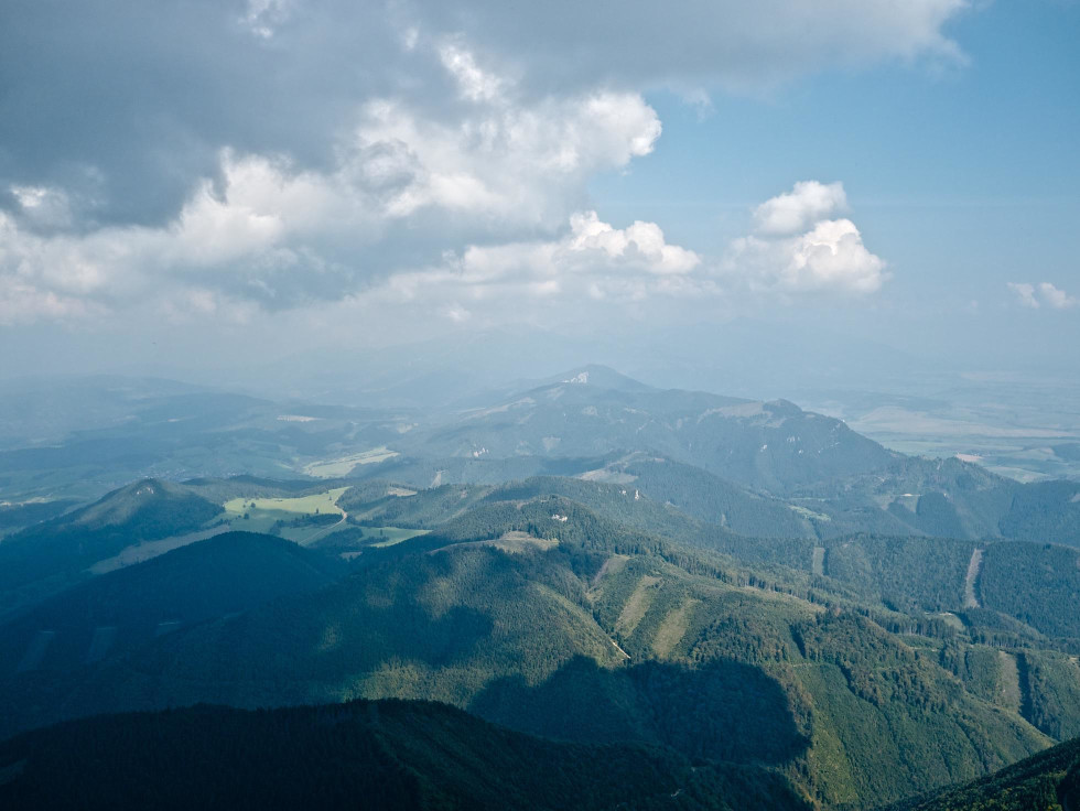 Výhľad cez Chočské vrchy smerom na Západné Tatry