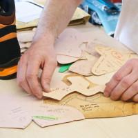 Grafický návrh treba premeniť na jednotlivé komponenty zvršku, z ktorých je topánka ušitá