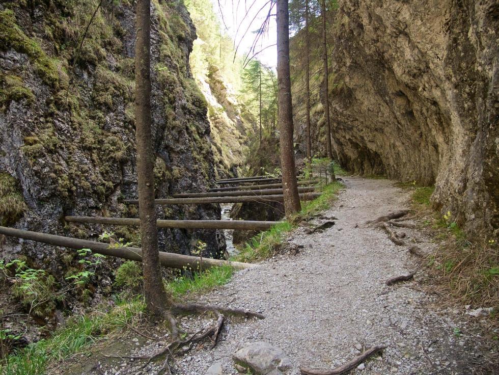 Zvyšky cesty nad Juráňovým potokom