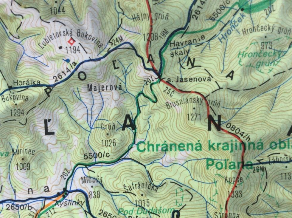 Tu je ešte stará trasa modrej značky zo sedla Jasenová, zelená do Strelníkov ešte neexistuje a na Hrončok sa išlo priamo do doliny dnešnou rezerváciou.