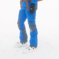 Pri lyžiarkach zapnutých na zjazd je veľkosť spodného dielu nohavíc akurátne veľká aj bez rozzipsovania spodného zipsu (foto: Maťo Ďuriš)