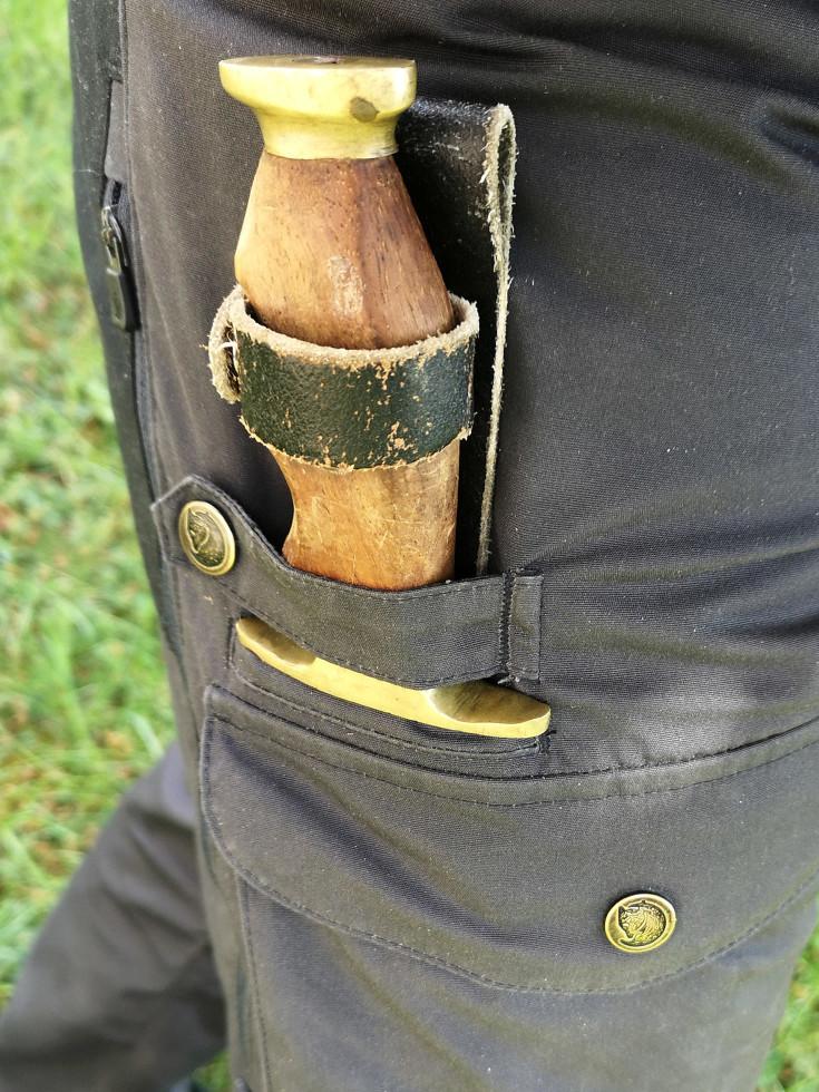 Umiestnenie noža na pravom stehne
