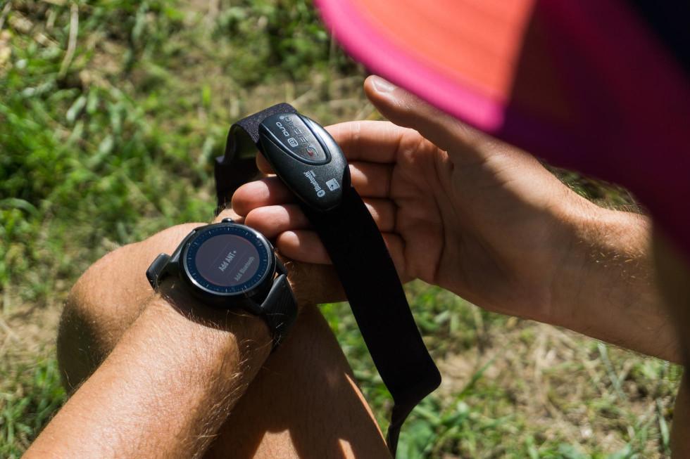 Pripojiteľné zariadenia ako hrudný pás komunikujú s hodinkami cez ANT+ alebo Bluetooth. Pripojenie môjho Sigma hrudného pásu bolo záležitosťou niekoľkých sekúnd.