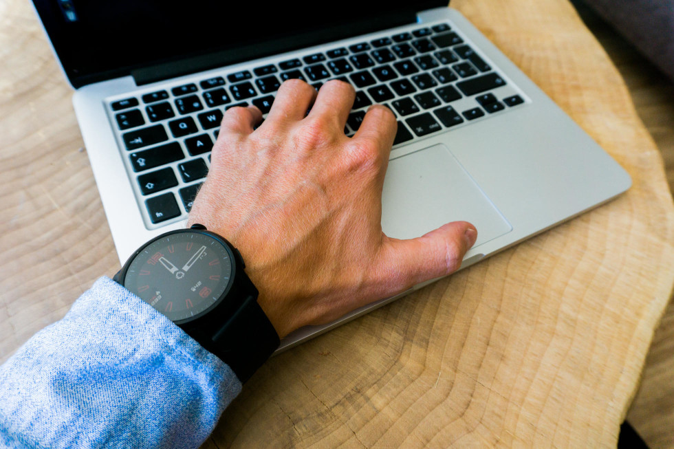 Univerzálny dizajn, ktorý sa okrem športu hodí k rôznym typom oblečenia. Ciferník na hodinkách je možné ľubovoľne zmeniť cez aplikáciu v smartfóne.