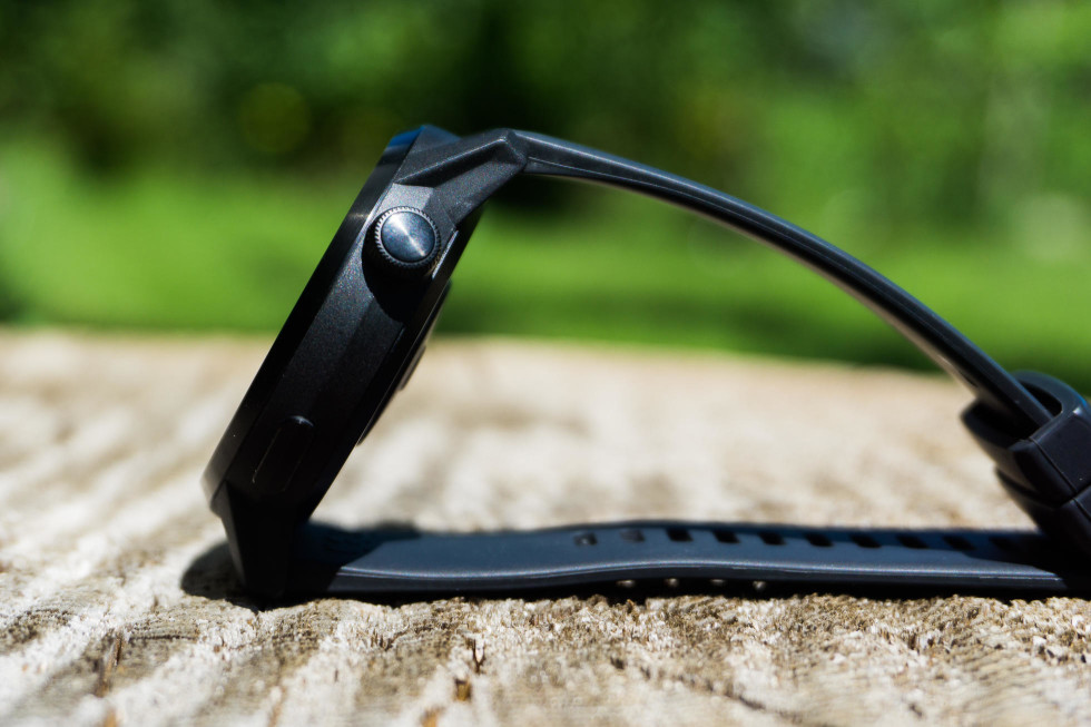 Digitálna korunka (ovládacie koliesko na boku) pri pootočení dáva príjemnú spätnú väzbu vibrovaním. Stlačením korunky sa potvrdzuje výber položky v menu.