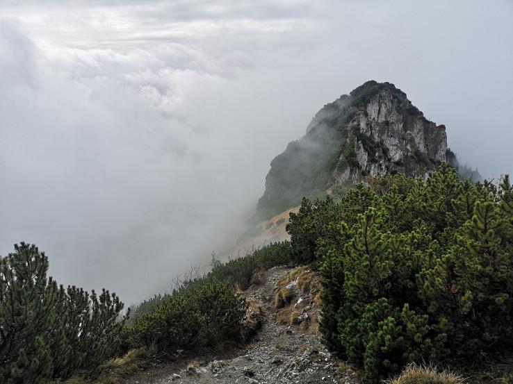 Biele skaly v oblakoch