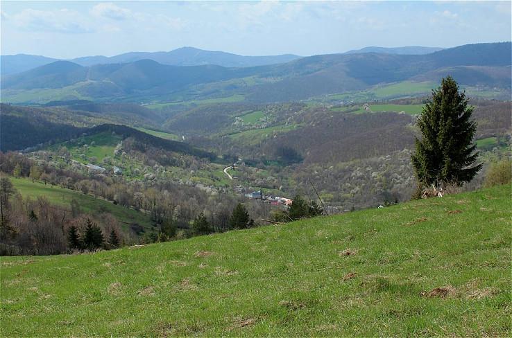 Dedinka v zajatí čerešní a hôr