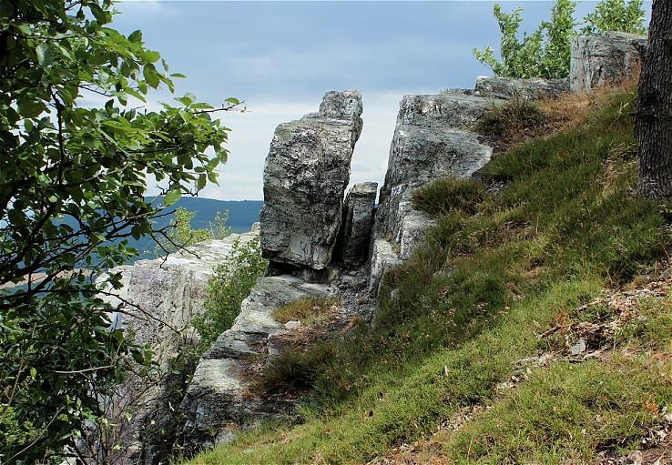 Puknutá skala
