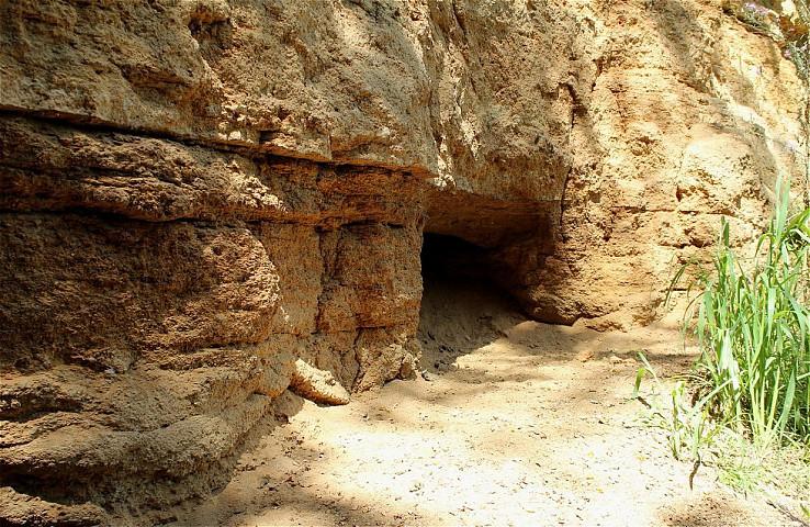 Jaskyňa v maare