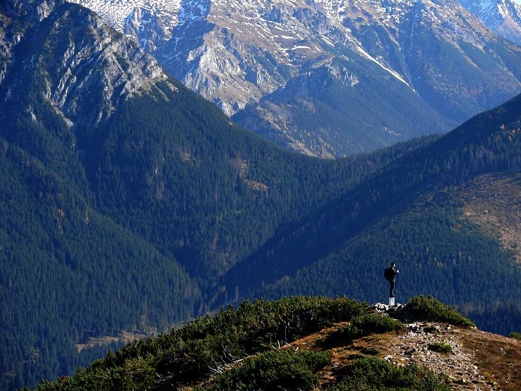 V horách