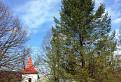Kostolík na kopci.