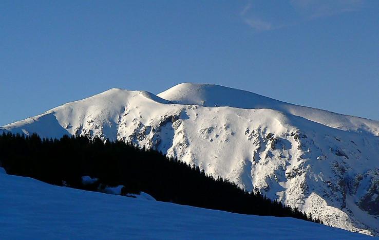 Červené vrchy v bielom.